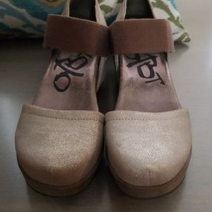 OTBT closed toe size 9 tan w/ silver glitter speck
